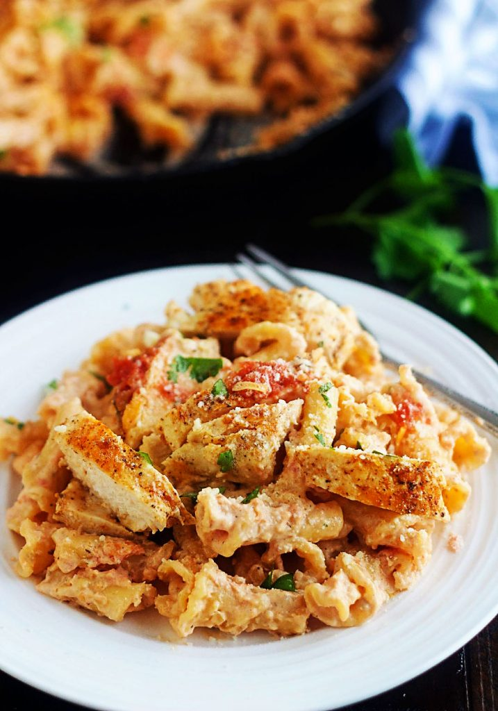 Chicken Taco Alfredo is seasoned chicken served over a homemade Alfredo sauce and pasta with a southwestern twist. Life-in-the-Lofthouse.com